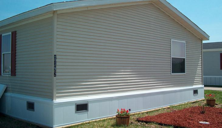 Modular house with insulated skirting